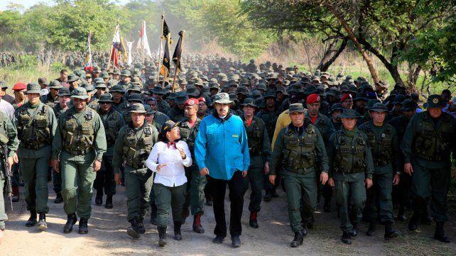 Verde oliva. Maduro y su entorno se mostraron rodeados de cadetes en la base de Cojedes.