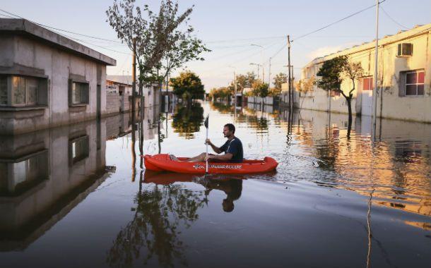 Agua y soledad. El pueblo de Idiazábal fue totalmente evacuado y sus calles presentan un escenario espectral.