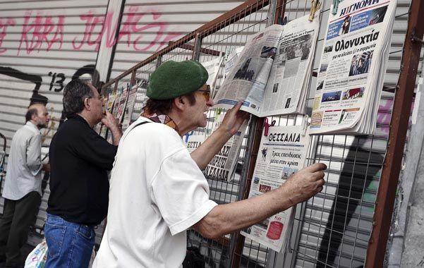 Avance. Ciudadanos griegos leen en los diarios las noticias sobre las tratativas para obtener el millonario préstamo.