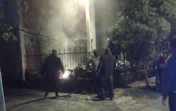 Los bomberos voluntarios tratan de sofocar el incendio en el patio de la seccional. (Foto: gentileza Notinet)