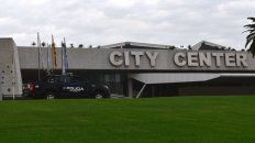 Esta mañana, los móviles de la policía provincial ya tomaron posiciones en torno al City Center.