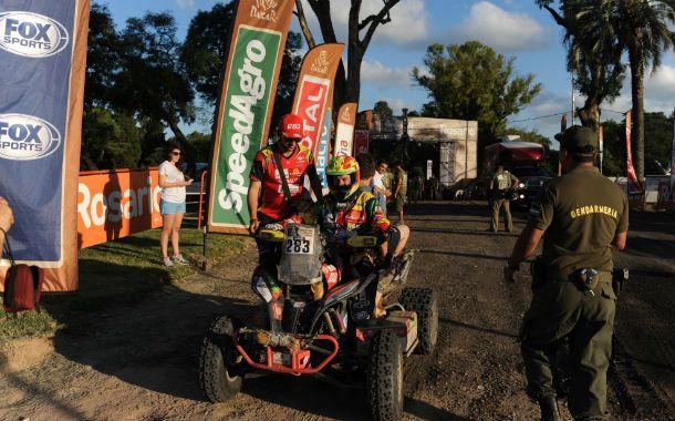 Adentro. Walter Nosiglia hace su ingreso al predio del hipódromo. El boliviano marcha tercero en la general.