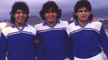 Diego Maradona con sus hermanos Lalo y Turco.