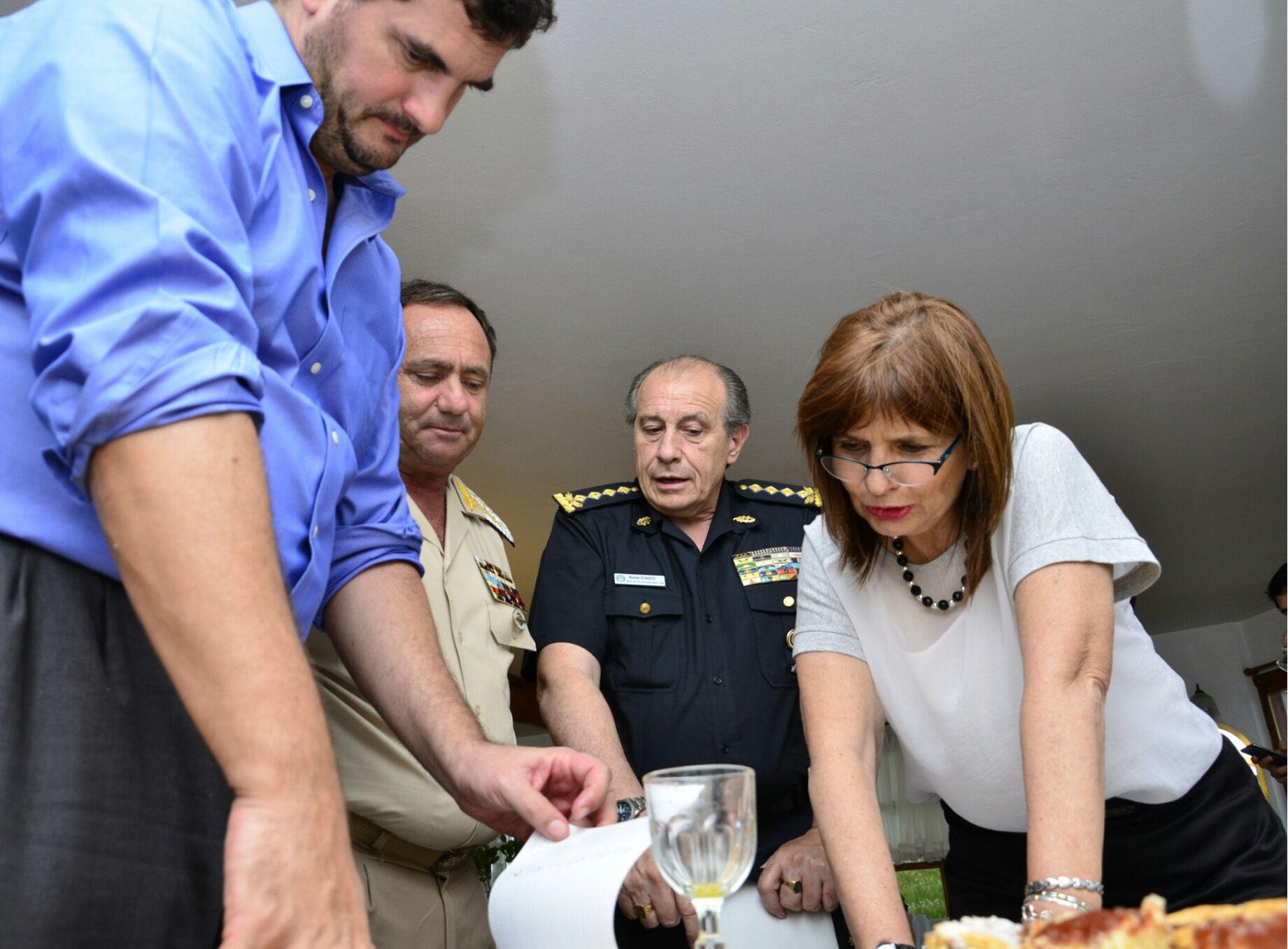 La ministra de Seguridad propuso investigar las complicidades políticas en el triple crimen.