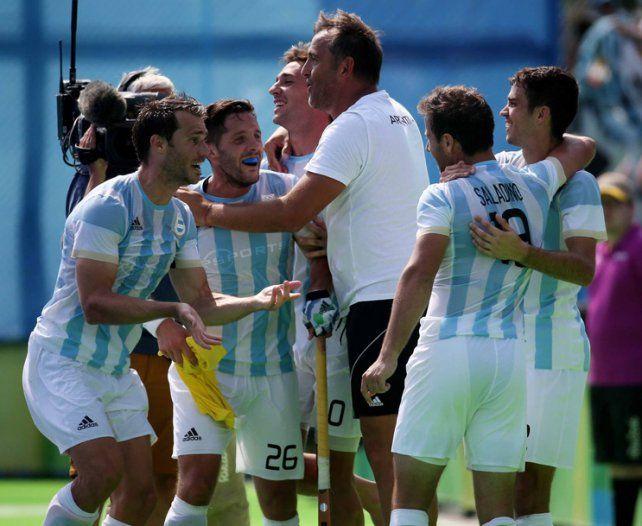 Conductor. El Chapa Retegui celebra junto a los jugadores un oro histórico.