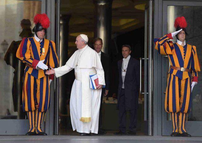 ANTES DE LA PANDEMIA. El Papa saluda a uno de sus guardias.