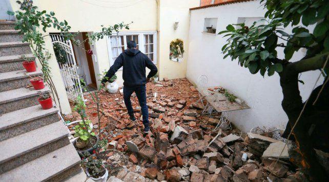 Desastre. Un hombre camina en Zagreb entre los escombros de una casa
