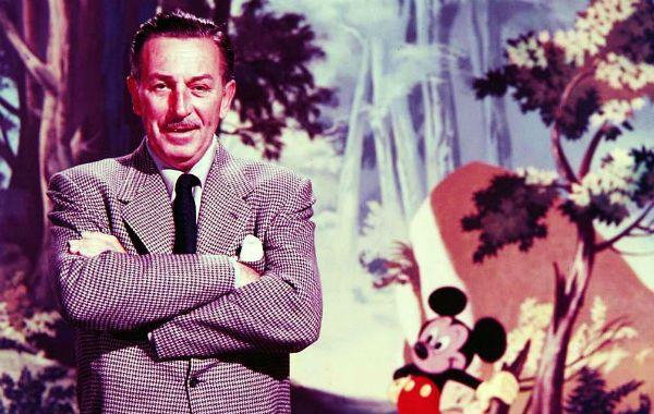 Icono. Walt Disney con Mickey y parte de su mundo de fantasía como fondo.