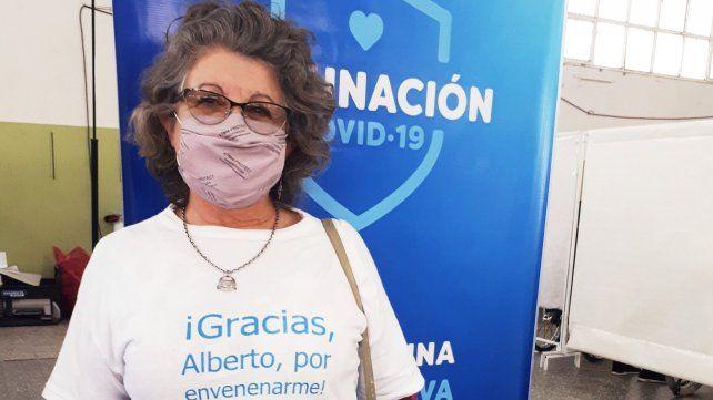 Fue a vacunarse con una remera de Alberto y Cristina, y las fotos se viralizaron