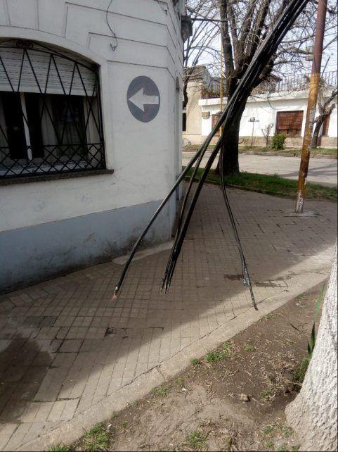 Pérez. Así quedaron los cables de Telecom en Alberdi y 25 de Mayo.