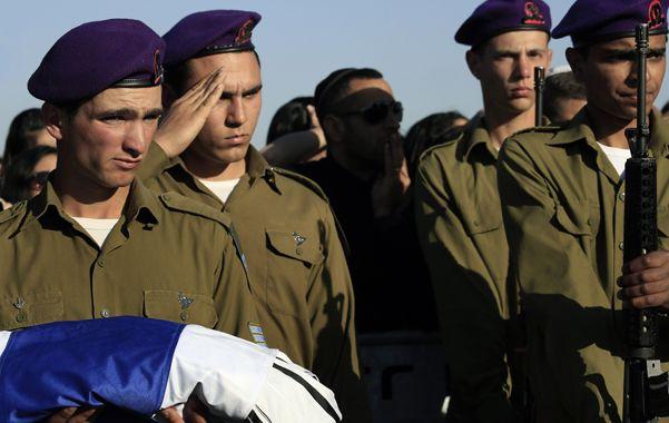 Soldados del batallón del caído sargento Dor Chaim lo despiden en un cementerio del sur israelí.
