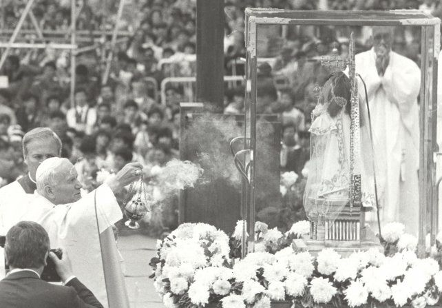 El Papa delante de la imagen de la Virgen del Rosario en su visita del 11 de abril de 1987.