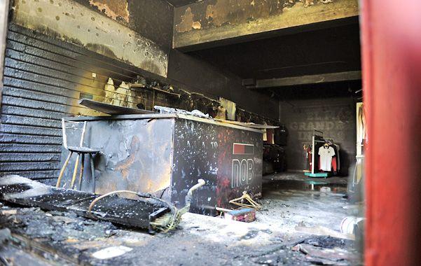 """La tienda de Rioja al 2000 fue arrasada por el fuego en la madrugada. """"Las pérdidas rondan los 300 mil pesos"""""""