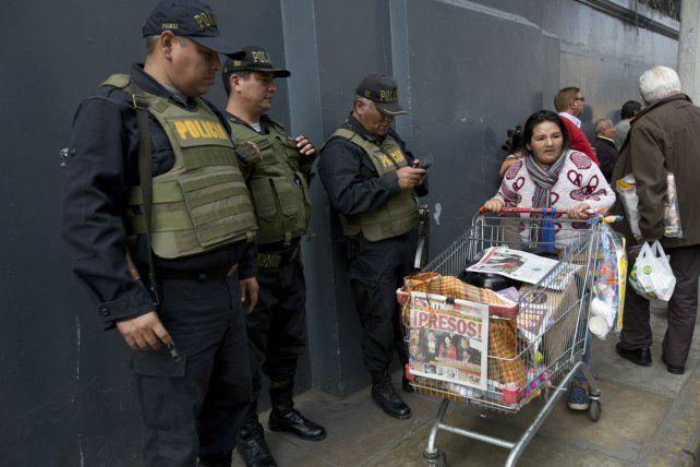 Una mujer vende diarios