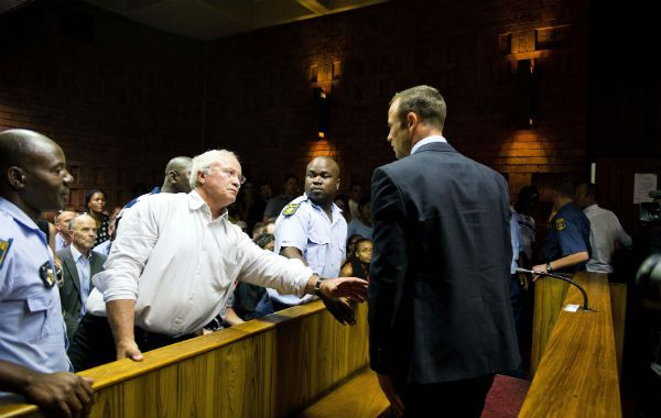 Consuelo. Henke Pistorius (izquierda) asiste a su hijo en el Tribunal.