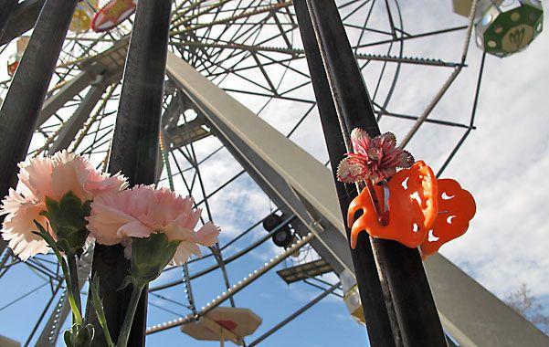 En memoria. Como recuerdo de las víctimas de la tragedia del 10 de agosto se colocaron flores en las rejas. (Foto: A. Celoria)