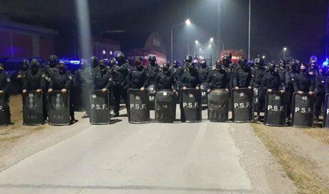 Unos 300 policías se movilizaron contra los trabajadores de Algodonera Avellaneda
