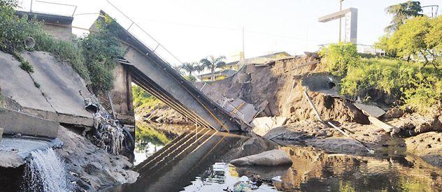 El puente sobre avenida San Martín de San Lorenzo se derrumbó hace más de dos semanas.