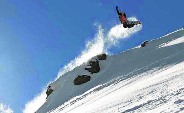 En vuelo. El snowboard es una de las actividades preferidas de los deportes blancos.