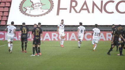 Cantalo, cantalo. Masilla grita con alma y vida el gol de la apertura. Lema, Pablo Pérez y Nacho van a su encuentro.