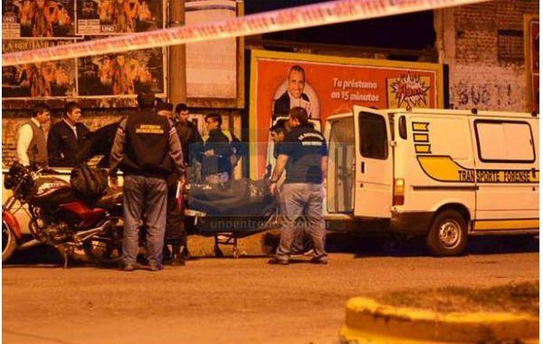 El cuerpo del joven es trasladado a la morgue luego de morir en el acto.