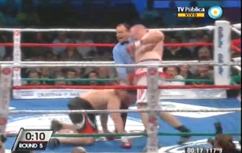Artero. La Mole Moli golpea a Matías Vidondo cuando se encontraba en el suelo. El árbitro Stella lo descalificó.