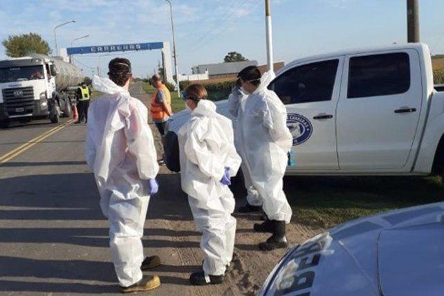 Autoridades sanitarias y de seguridad realizan controles en el ingreso a Carreras tras la detección de seis casos de coronavirus.