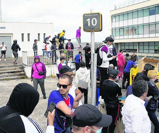 También en el aeropuerto privado de Bourget los fanáticos aguardaron al astro rosarino, aunque la definición y la llegada a Paris finalmente no se produjo.