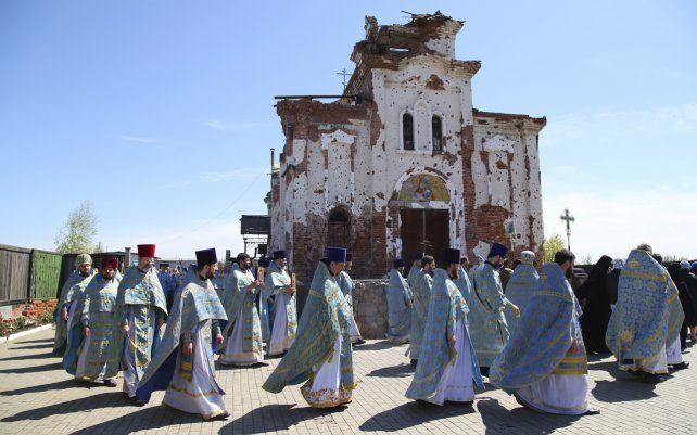 Sacerdotes asisten a una procesión religiosa que celebra la Pascua ortodoxa en el Monasterio Iversky