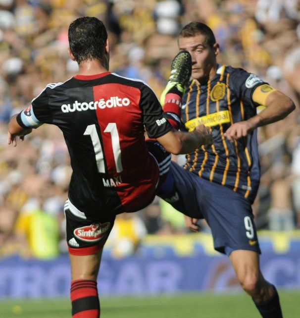 Maximiliano Rodríguez y Marco Ruben, los dos íconos que estarán hoy en cancha en una imagen inédita. Los dos disputando la pelota en un clásico con la pierna arriba.