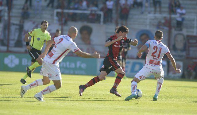 Arranque con fuerza. Mauro Formica encara a Nervo con la pelota dominada.