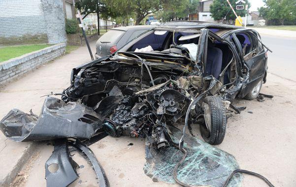 Destrozado. Así quedó el Peugeot 206 tras impactar contra un camión.