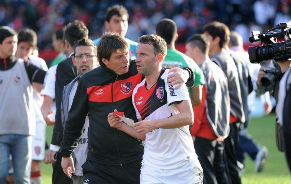 El dt y el capitán. Berti arenga a Bernardi tras un partido. Ante la ausencia de Maxi