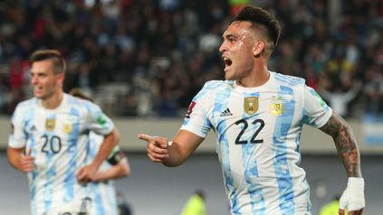 Volvió a la red. Lautaro Martínez cerró el triunfo nacional al anotar el tercer tanto albiceleste.