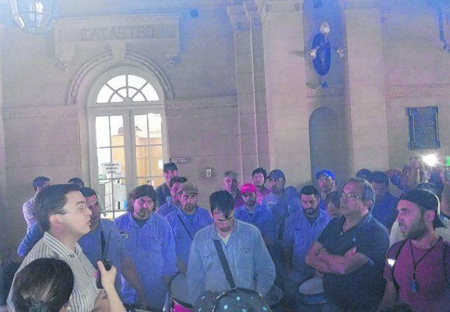 En el hall municipal. El intendente Sarasola prometió encarar gestiones.