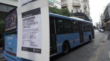 AVISO. En algunas paradas se colocaron carteles que comunican el inicio de esta nueva etapa en el transporte urbano de pasajeros.