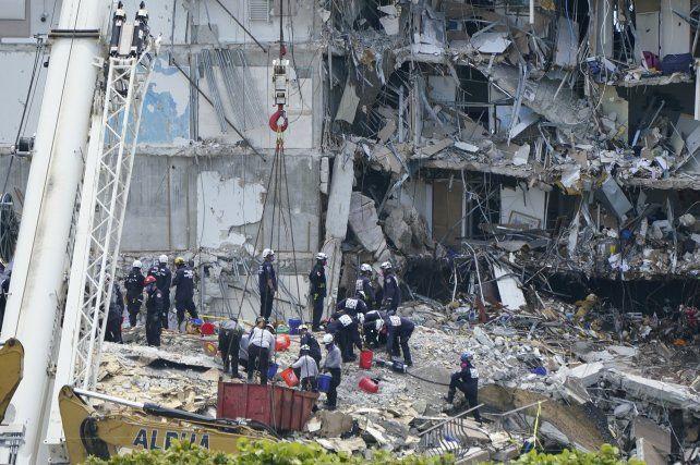 El catastrófico colapso de la torre se debería a la caída de una columna estructural de la pileta. Un experto internacional estudiará el caso.