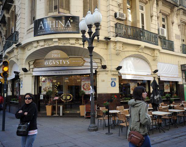 Varios comercios del centro anticipan que hoy abrirán sus puertas. (Foto: S. Suárez Meccia)
