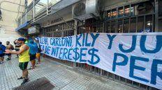 En calle Mitre. Algunos hinchas de Central se presentaron en la sede para manifestar en contra de los directivos
