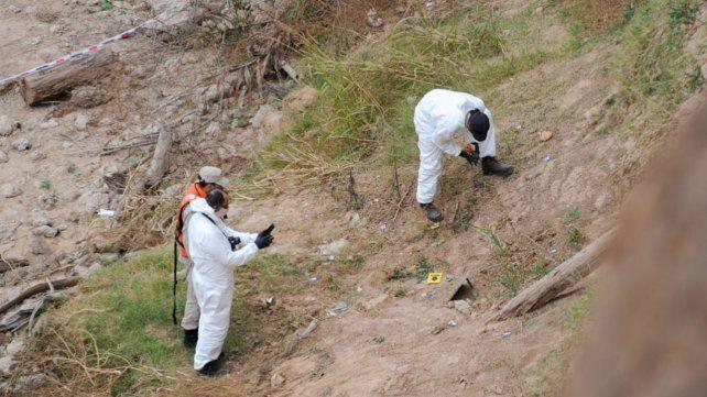 Los peritos del Equipo Argentino de Antropología Forense en el lugar donde aparecieron los huesos.