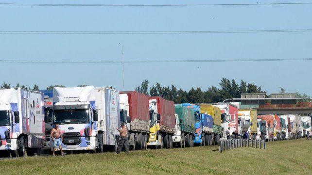 La postal de todos los años: la congestión de camiones por la cosecha gruesa.