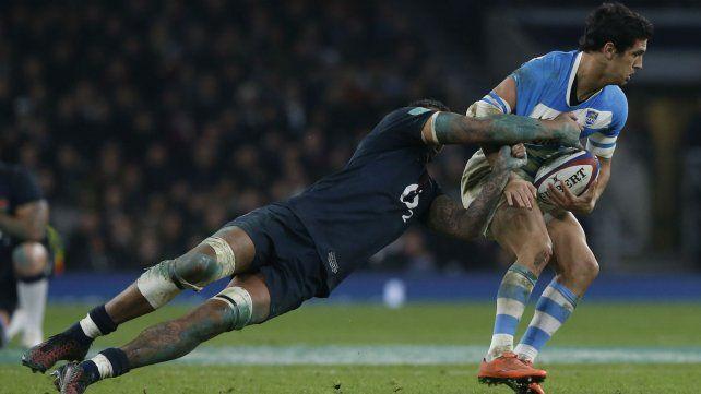 El inglés Laws intenta derribar a Matías Moroni durante el partido de hoy.