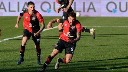El lateral Compagnucci grita su gol y el delantero Garro también festeja.