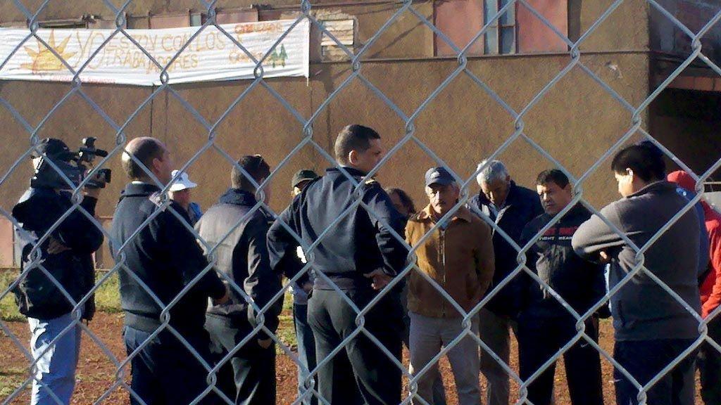 El operativo. La policía se presentó durante la mañana de ayer en la fábrica