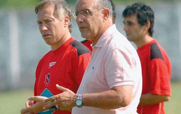 Otros tiempos. Bermúdez dialoga con Sensini cuando uno era dirigente y el otro técnico del plantel.
