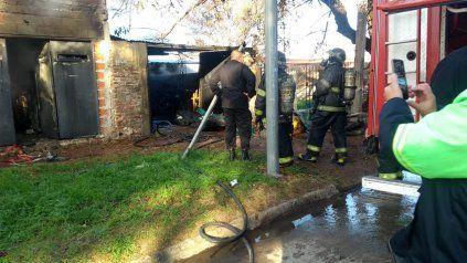 Bomberos Zapadores trabajan en la extinción del fuego en la vivienda de barrio Cristalería.