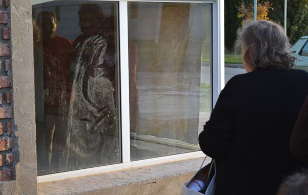 Reflejo. La imagen se proyectó sobre el vidrio y se llenó de curiosos.