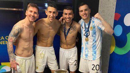 La comunidad rosarina al palo: Messi, Di María, Correa y Lo Cleso posan con la copa ganada en Brasil.