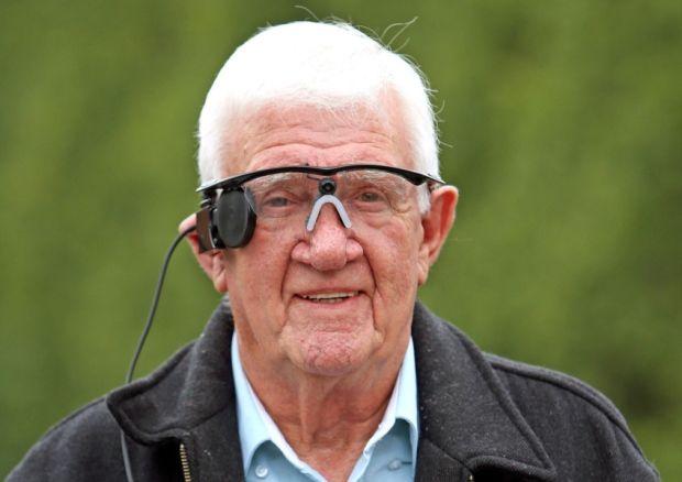 Otra vida. Ray Flynn muestra el aparato que le permitió recobrar la visión.