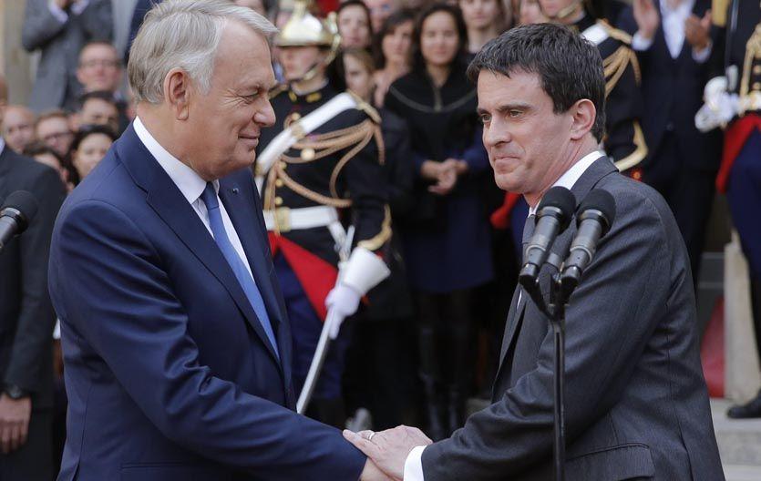 Cambio de mando. El saliente jefe de gobierno galo Jean-Marc Ayrault (izq) felicita a su sucesor en el cargo.